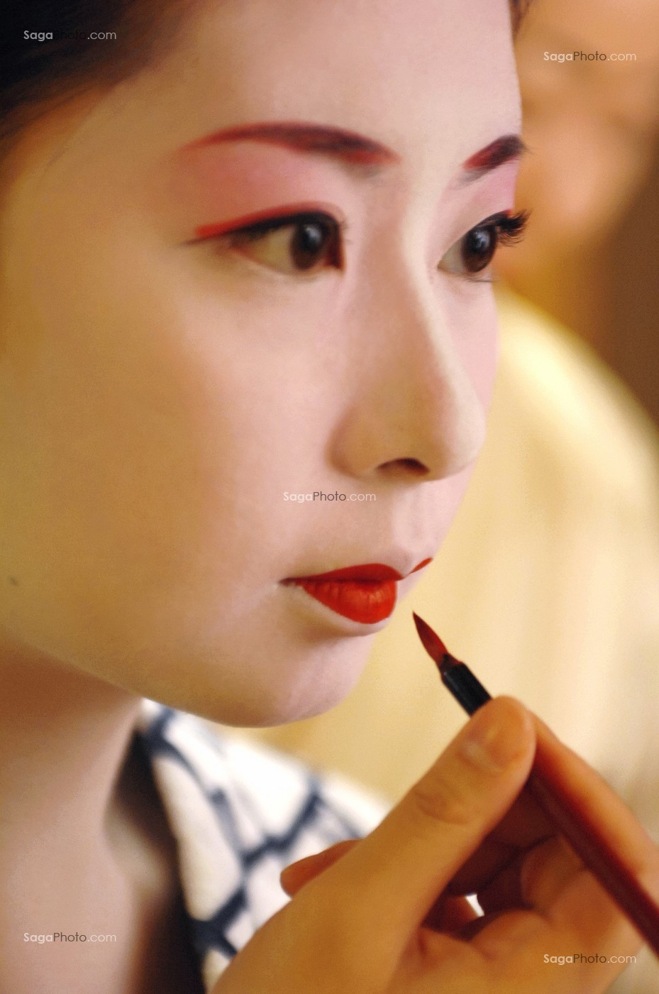 MAQUILLAGE TRADITIONNEL (DORAN) D\u0027UNE GEISHA, GION, KYOTO, JAPON