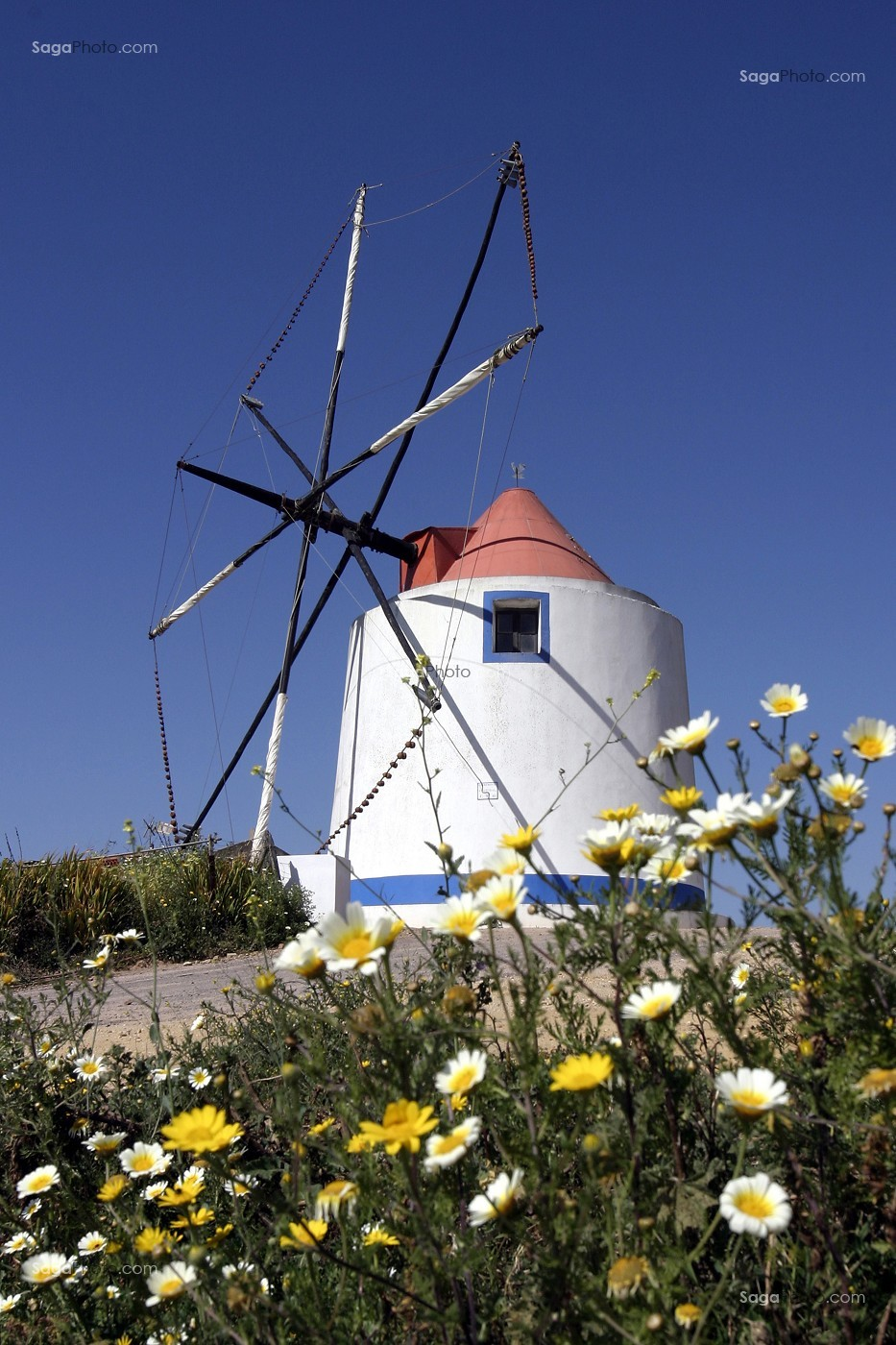 photo de moulin a vent aux couleurs typiques du portugal. Black Bedroom Furniture Sets. Home Design Ideas