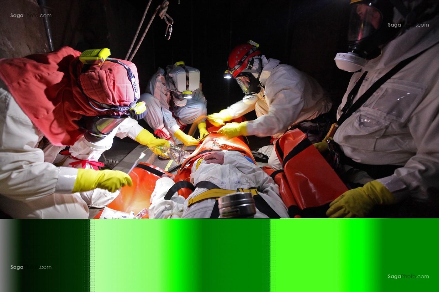 photo de pose d 39 une perfusion sur une victime par un infirmier encadre les sapeurs pompiers du. Black Bedroom Furniture Sets. Home Design Ideas