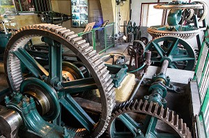 STATION DE POMPAGE ALIMENTEE PAR UNE TURBINE INSTALLEE PAR LE DUC D' AUMALE AU 19 EME SIECLE DANS LE BATIMENT ACCOLE AU PAVILLON DE MANSE OU MOULIN DES PRINCES, DOMAINE DU CHATEAU DE CHANTILLY, OISE (60), FRANCE