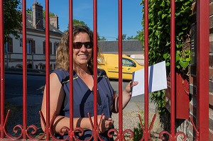FACTRICE QUI SA TOURNEE, POSTE LE COURRIER, RUGLES, EURE, NORMANDIE, FRANCE, EUROPE