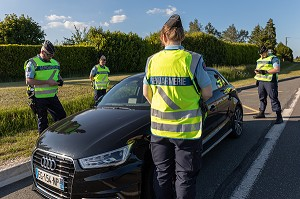 CONTROLE ROUTIER DE GENDARMERIE, VERIFICATION DE PAPIER PENDANT LE CONFINEMENT, RUGLES, EURE, FRANCE