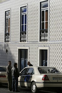 TAXI IN FRONT OF A FACADE IN AZULEJOS, TOWN OF BEJA, ALENTEJO, PORTUGAL