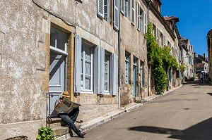 RUELLE DE VEZELAY, YONNE, BOURGOGNE, FRANCE