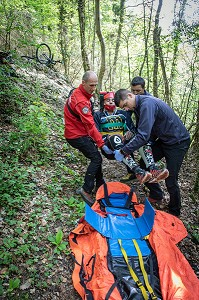 CONDITIONNEMENT DE LA VICTIME, INTERVENTION DE L'EQUIPE DE PREMIERE INTERVENTION SECOURS EN MONTAGNE POUR UNE CHUTE DE VTT AVEC SUSPICION DE FRACTURE A LA JAMBE, FORET DU CORMILLON AU DESSUS DU LAC DU BOURGET, LA CHAPELLE DU MONT-DU-CHAT (73), FRANCE